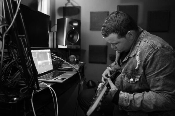 guitarist in home studio frustrated with latency